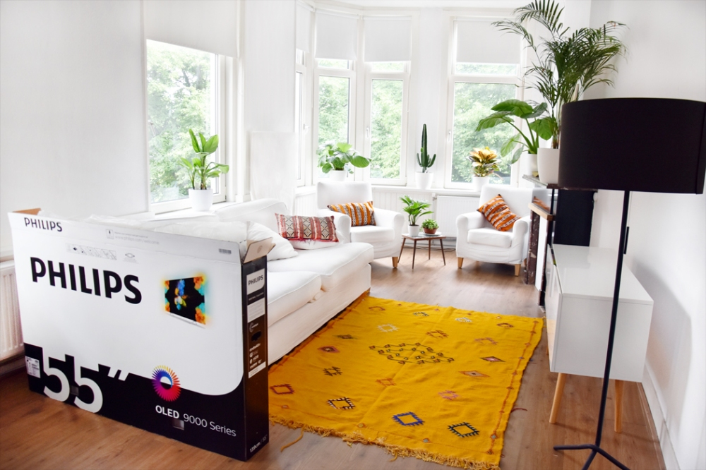 philips-unboxing-oled-9000-series-tv-irene-van-guin-55-inch-looks-better-review